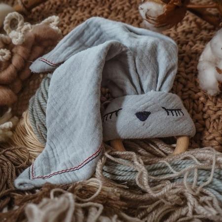 Hi Little One Przytulanka muślinowa z gryzakiem Sleepy Bunny baby blue