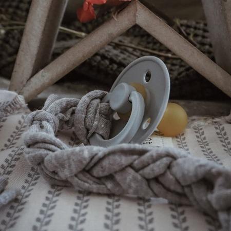 Hi Little One Warkoczykowa bawełniana zawieszka do smoczka grey